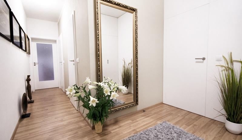 Eine der klassischen Ideen, um diesen Eindruck zu verhindern, besteht darin, die Wände mit hellen Farben zu streichen. Auf diese Weise wirkt der Raum nicht nur heller und freundlicher.