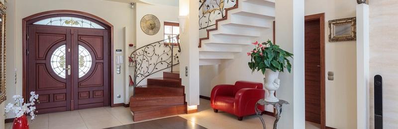 Wenn Sie nach Ideen für eine gemütliche Gestaltung des Flurs suchen, dann können Sie hier einige Sitzmöbel aufstellen.