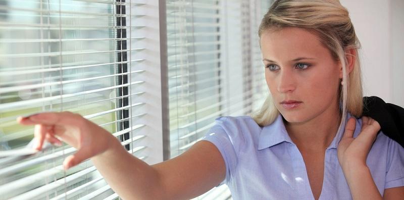 Die Intimsphäre im eigenen Garten oder auch in den eigenen vier Wänden kann stark beeinträchtigt werden, wenn ständig jemand über den Zaun oder ins Fenster schauen kann.