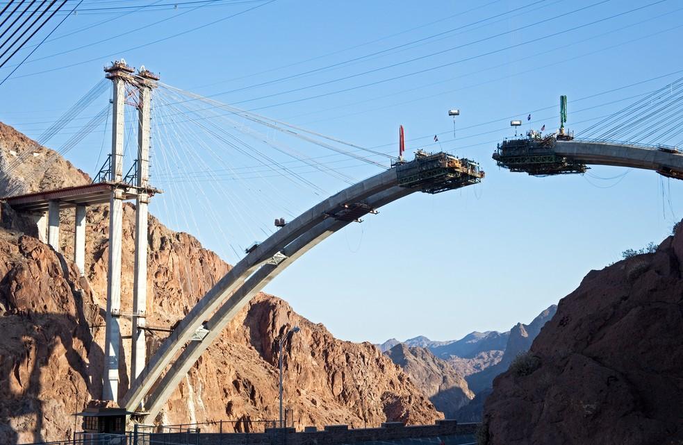 Der Bauingenieur hat im wahrsten Sinne spannende Aufgaben, wie hier auf dem Foto den Bau einer Brücke. (#1)