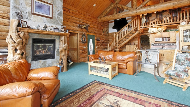 Setzen Sie auf Holz, wenn Sie das rustikale Wohnzimmer gestalten und verzichten Sie dabei auf allzu viel Schnickschnack.