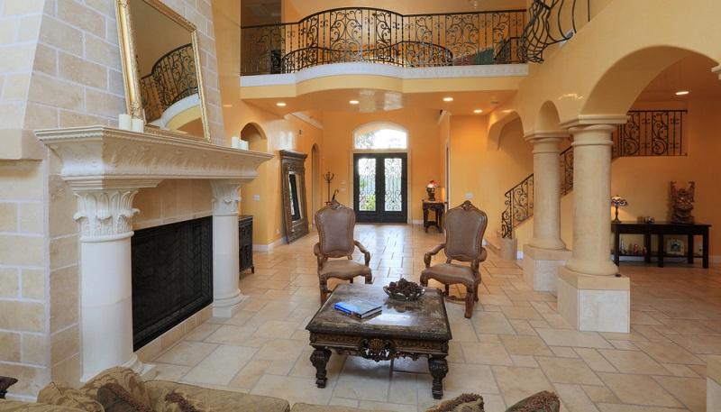 Fliesen und Brauntöne dominieren ein Wohnzimmer, das im mediterranen Stil gehalten ist.