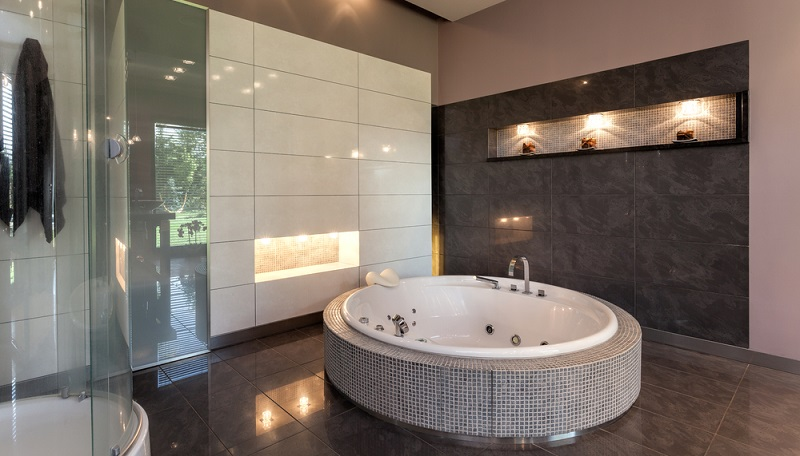 Im Bad benötigt man ebenso eine sehr helle Ausleuchtung, damit man sich im Spiegel gut erkennen kann, ohne geblendet zu werden.