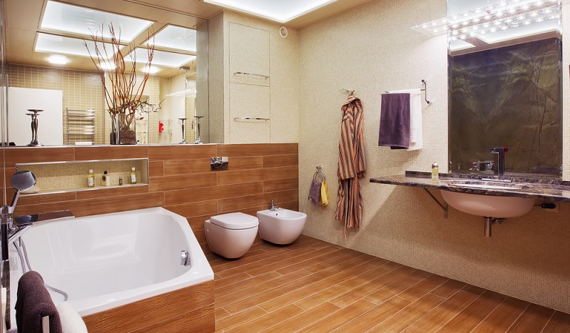 Als Wandverkleidung oder Bodenbelag kam Holz im Bad für die wenigsten in Betracht. Doch warum eigentlich?