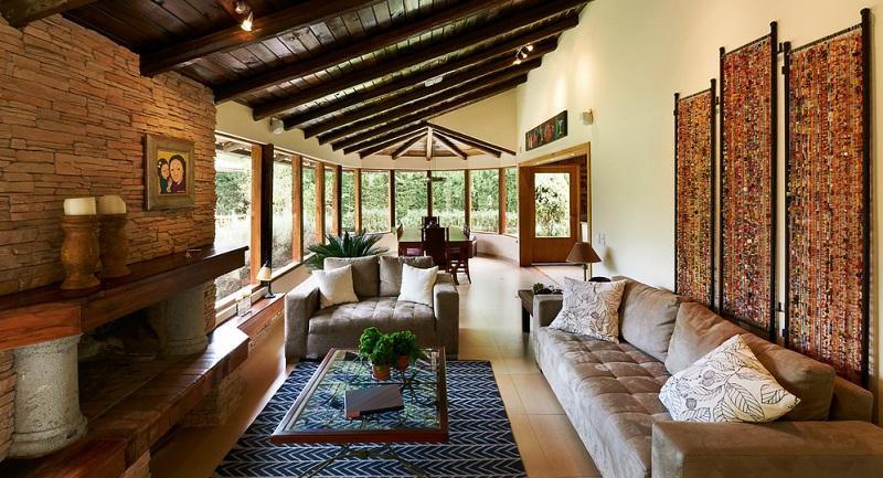 Braune Farben sind das klassische Beispiel für perfekte Wohnzimmer, in denen gemütliche Abende stattfinden. Braun ist ein Erdton, passt zu fast allen Farben und reduziert diese auf ein erträgliches Maß.