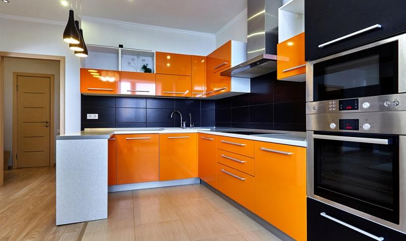 Zwar gibt es immer noch tolle Küchen, die man in bonbonhaften, intensiven Farben wie Rot, Gelb oder Blau gestalten kann, aber zumindest in der Absetzung von Farbakzenten werden dunkle Farben und Naturtöne beim aktuellen Küchentrend immer öfter gesehen.