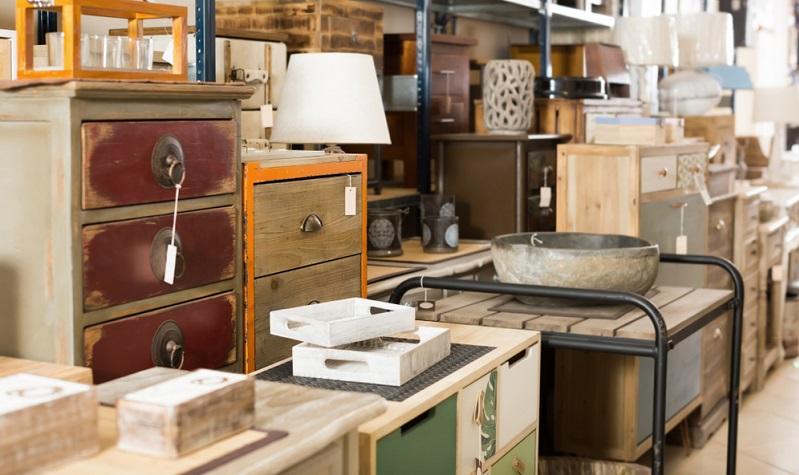 Vielen Menschen gefällt eine Kommode in einem Stil, der Schrank in einem anderen Möbelstil. Sessel und Tisch sind noch einmal aus einer anderen Epoche und schon wirkt das Wohnzimmer (oder jeder andere Raum) wie frei zusammengewürfelt.