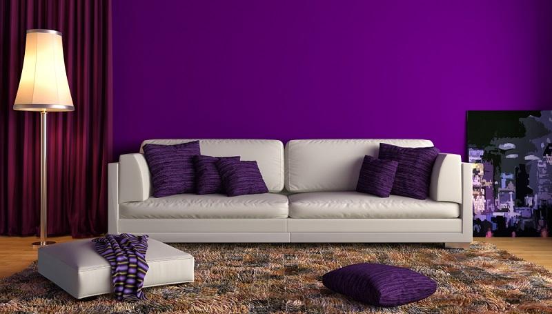 Auch Grau und Violett zeigen sich als äußerst angenehme Farbkombi. Vor allem im Wohn- und Schlafzimmer, aber auch in einem Jugendzimmer sind beide Farben denkbar.