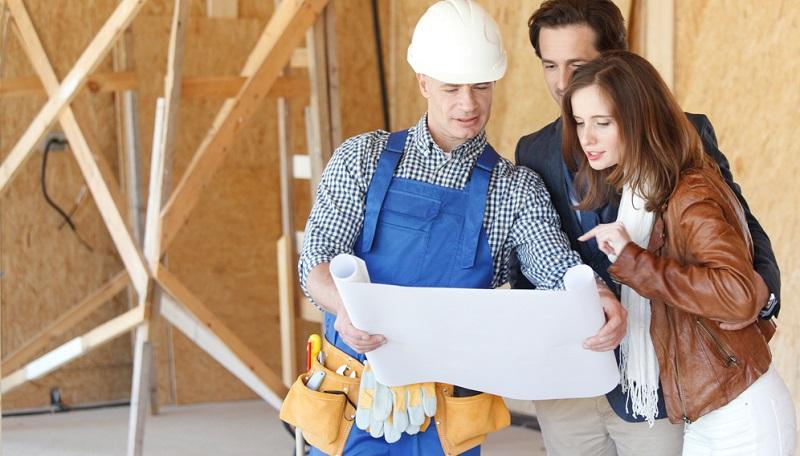 Nach der Hausplanung und Auswahl des Baupartners wird der Bauvertrag abgeschlossen.