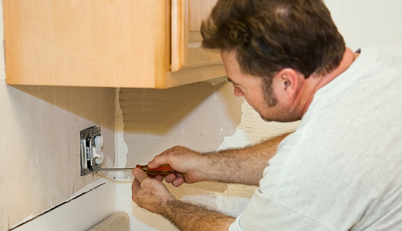 Daher sollten Sie beim Hausbau und bei Renovierungsarbeiten genügend Steckdosen in allen Bereichen des Raums anbringen.