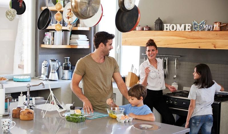 Die Küche stellt in vielen Wohnungen einen beliebten Treffpunkt für die ganze Familie dar. Hier können die Bewohner gemeinsam kochen, Kaffee trinken oder sich einfach eine Weile unterhalten.