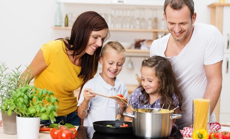 Wenn Sie die Gerichte zu zweit oder gar mit der ganzen Familie zubereiten, wirken Engstellen in der Küche sehr störend.
