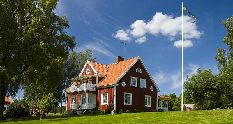 Ganz im Gegensatz zu den Betonhäusern steht bei skandinavischen Häusern Holz im Mittelpunkt. Wie beim Vorbild aus Schweden üblich, muss das Holz natürlich rot angestrichen sein.