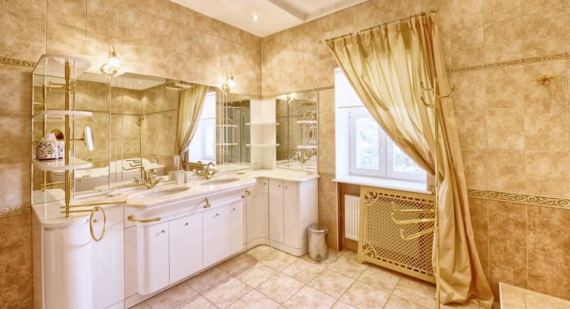 Neben den vorgestellten 20 Ideen für ein Traumbad gibt es auch einen Klassiker, der absolut zeitlos ist und in jeder Generation wieder begeisterte Fans findet: Das stilvolle weiße Badezimmer mit luxuriösen goldenen Verzierungen.