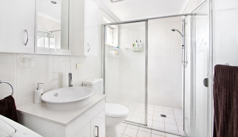 Weiß ist die klassische Farbe, um schöne Bäder einzurichten und dass ein weißes Badezimmer keinesfalls langweilig sein muss, beweist dieses Beispiel eindrucksvoll.