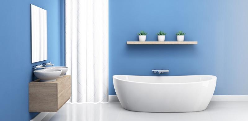 Die strahlend hellblauen Wände verleihen dem Badezimmer ein frisches, energetisches Ambiente und harmonieren hervorragend mit den anderen Ausstattungsmerkmalen.