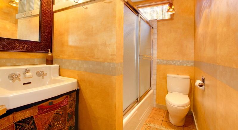 Eine Kombination aus den warmen Farbtönen Gold und Orange verleiht diesem Badezimmer seinen unvergleichlichen Look.