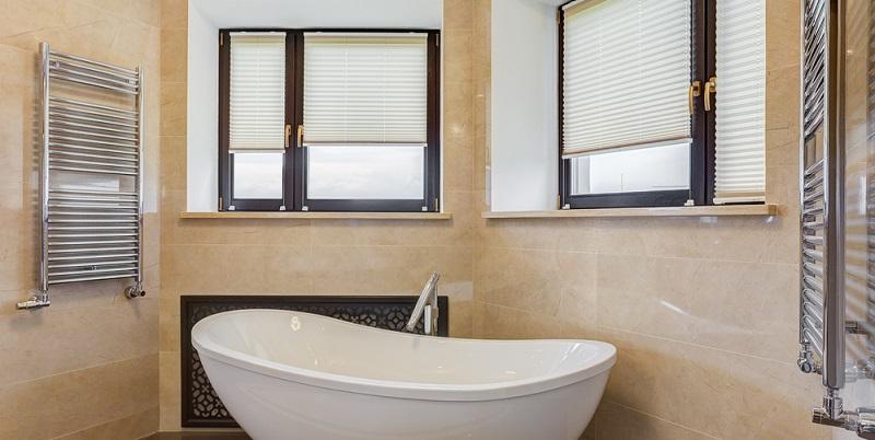 Was sich zunächst nach einem Badezimmer in schrillen Farben im Stil der 70er Jahre anhört, ist ein aktueller Badezimmertrend mit sanften Farbtönen, die eher zarten Naturtönen als bunten Farben ähneln.