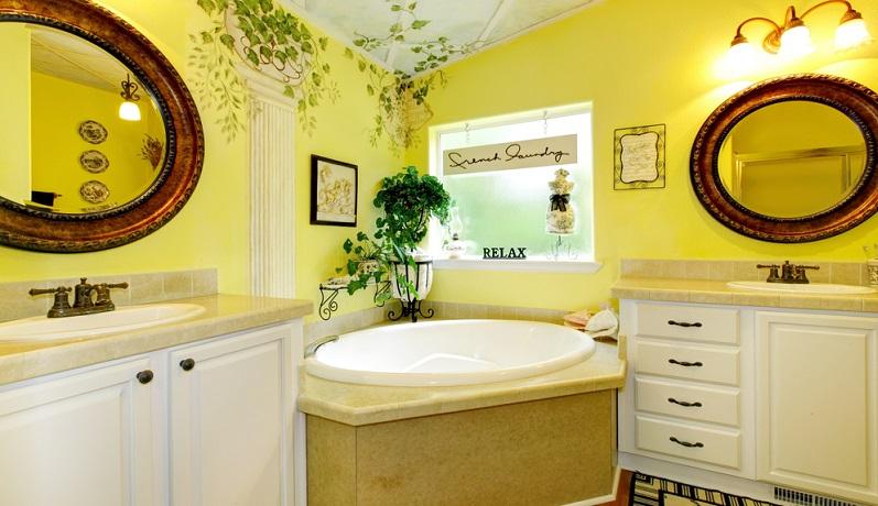Einen Gegentrend zu den minimalistisch designten Badezimmern bilden luxuriös eingerichtete schöne Bäder, bei denen nicht an dekorativen Elementen gespart wurde.