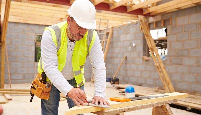 Wer ein Ausbauhaus selber planen möchte, sollte sich vorher genau erkundigen, wie umfangreich die Gewerke sind, die man in Eigenleistung übernimmt.