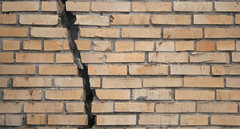 Ein fertiges Haus ist naturgemäß kein Leichtgewicht, was bedeutet, dass der Boden darunter viel zu tragen hat. Dies ist auch der Grund, warum es auf die Tragfähigkeit der Bodenarten ankommt. Denn: Der Boden muss zuverlässig tragen, andernfalls kommt es zu Schäden am Bau. Diese lassen oft gar nicht lange auf sich warten, denn die ersten Setzungen des Gebäudes gehen rasch vonstatten.