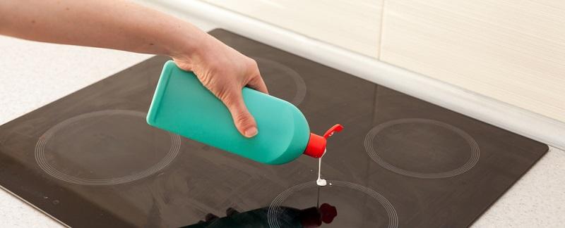 Mit speziellem Glaskeramikfeldreiniger lassen sich Verschmutzungen und blinde Flecken vom Ceranfeld reinigen.