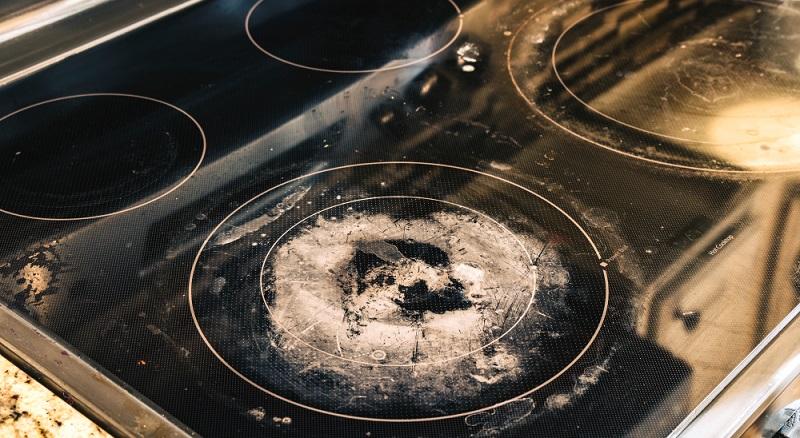 Ceranfeld reinigen: So ein Kochfeld ist der Alptraum jeder Hausfrau. Mit der Backpulver-Mischung wird auch eingebranntes wieder sauber.