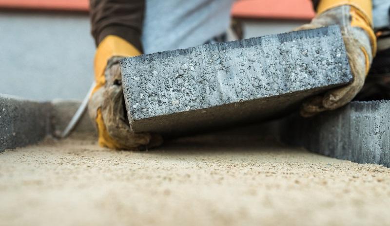 Lockerer Sand und Sand-Lehm-Gemische gelten als problematische Bodenverhältnisse. Hier helfen die sogenannten Fundament- oder auch Flächenplatten. (#03)