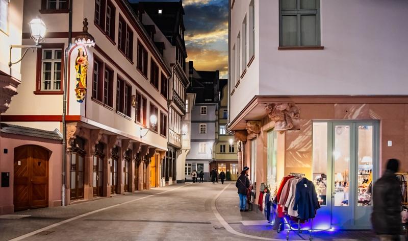 Hier in Frankfurt am Main entstand durch die originalgetreue Rekonstruktion von 15 von insgesamt 35 Gebäuden eine Region, die sich von der Gleichheit abgewendet hat. Es wurde vielmehr auf Individualität gesetzt, ein Fakt, der heute in der Architektur nicht mehr zwingend eine Rolle spielt.