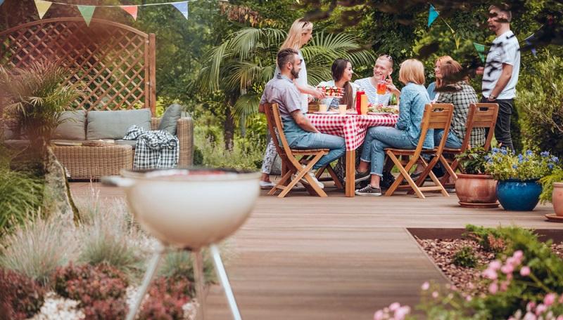 Oft genug wird angenommen, dass es nicht nötig sei, den separaten Rückzugsort im Garten mit einem Sichtschutz auszustatten. Doch warum eigentlich nicht?