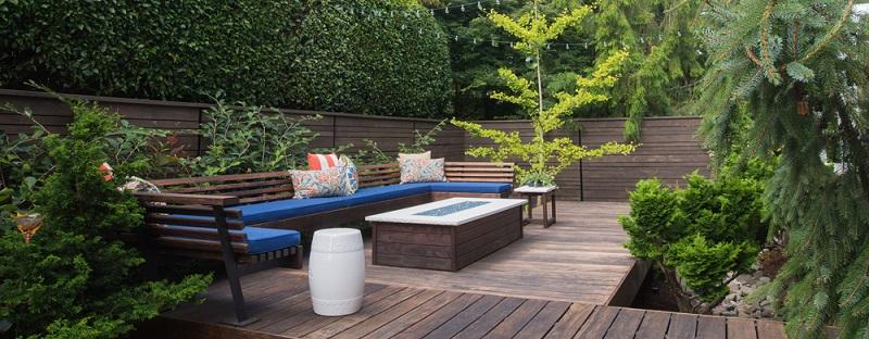 Soll die geplante Sitzecke nicht nur zum Lesen, sondern auch zum Arbeiten genutzt werden sollen, ist ein Tisch wichtig.