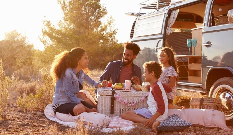Viele Tipps zum Sparen beziehen sich auf Einsparmöglichkeiten am Urlaubsort im Ausland. Doch wer sein Geld sparen möchte, bleibt in Deutschland.