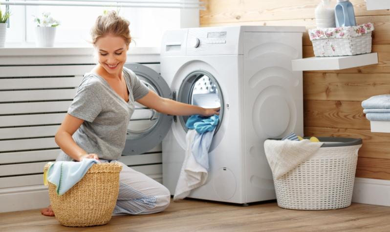 Bettwanzen bekämpfen durch Waschen und Trocknen von Kleidern, Decken und Bettbezügen.