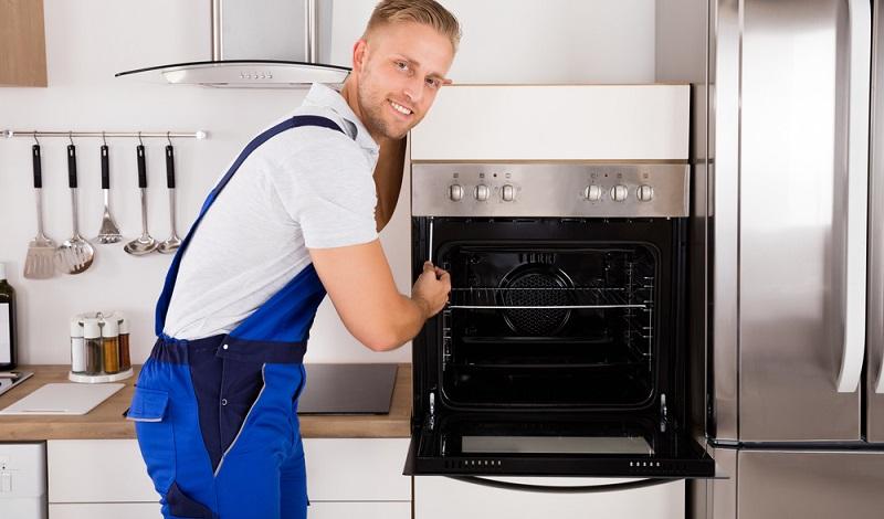 Manch einer möchte eine Kochinsel mit integriertem Backofen und Spülbecken zentral in der Küche haben, andere legen Wert darauf, dass Herd und Backofen voneinander getrennt sind.