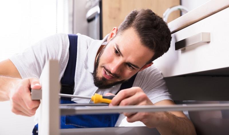 Zum Full-Service gehört bei der Küchenplanung unbedingt der Hinweis auf den Stauraum. Oft werden zu wenige Schränke oder Hängeteile verbaut, damit die Raumwirkung großzügiger wird.