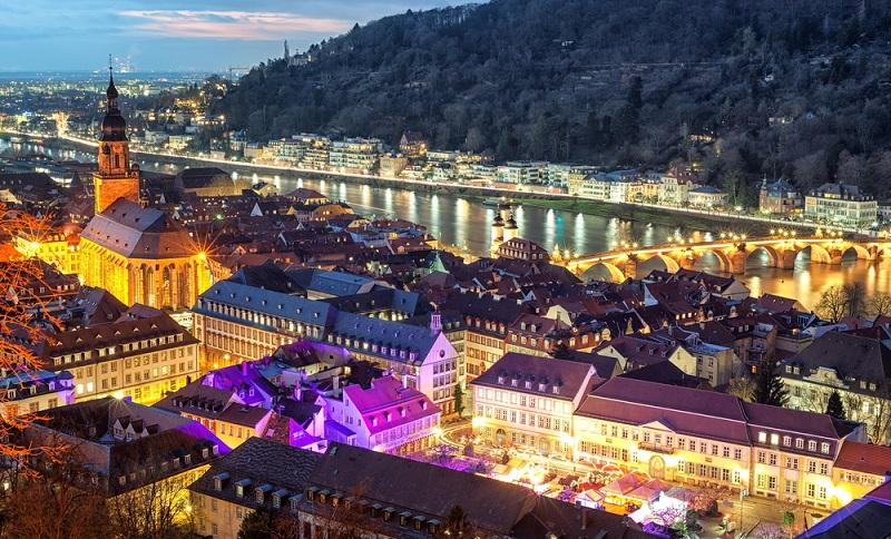 Luftbilder der Stadt Heidelberg bei Nacht sind traumhafte Postkartenmotive, die eindrucksvoll zeigen, weshalb diese schöne Stadt bis heute ein beliebtes Reiseziel ist.