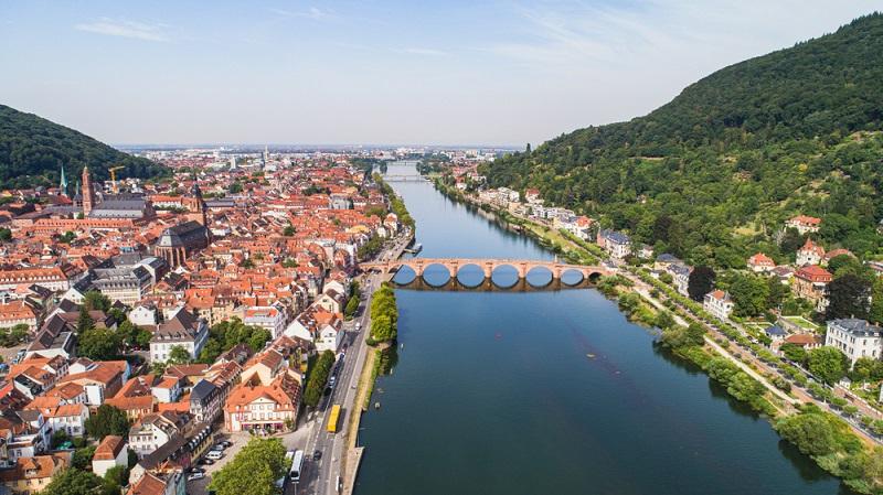 Die Brücke wurde zwar erst 1788 fertiggestellt, es gab jedoch an gleicher Stelle schon im 13. Jahrhundert eine Neckarquerung.