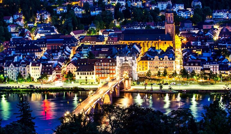 Wenn es sich dabei wie bei diesem Foto um Luftbilder handelt, die das beleuchtete, nächtliche Heidelberg zeigen, ist das romantische Motiv perfekt.
