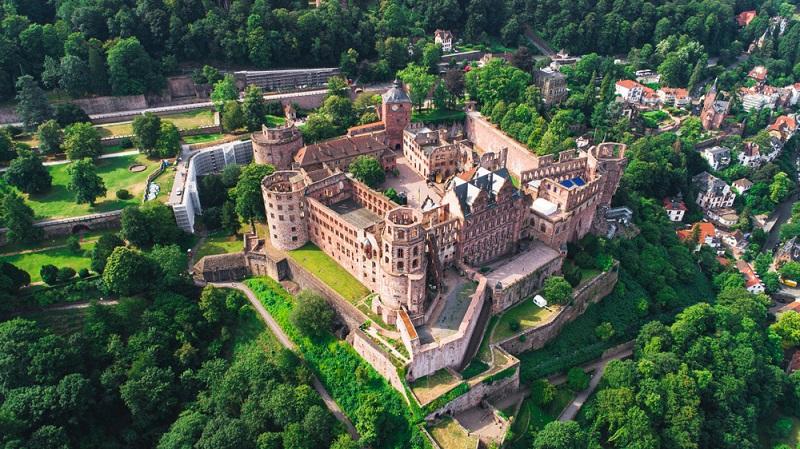 Die Schlossruine besteht aus dem roten Neckartäler Sandstein und prägt dank der exponierten Lage am Nordhang des Königstuhls das Bild des historischen Stadtkerns.