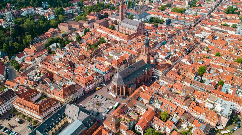 Luftbilder zeigen anschaulich, dass der Marktplatz und die Heiliggeistkirche das Zentrum der historischen Innenstadt bilden.