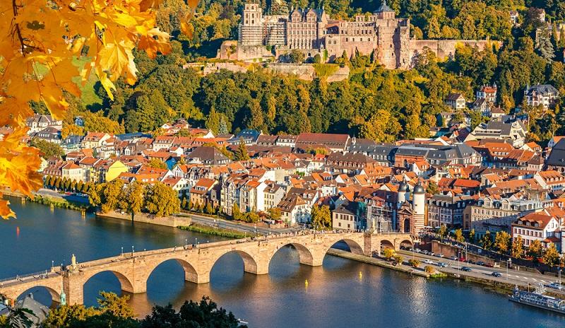 Dieses ist eine der wunderschönen Luftaufnahmen, welche eine herbstliche Impression Heidelbergs zeigen.