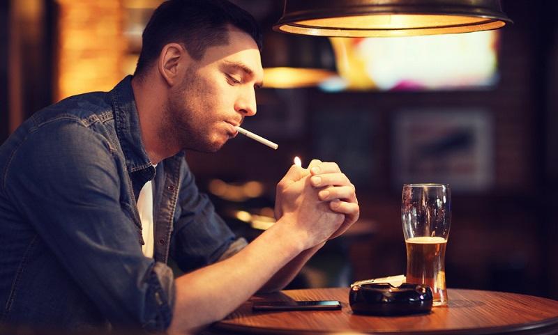 Raucher haben ein statistisch gesehen höheres Risiko für schwerwiegende Erkrankungen, müssen daher mit höheren Beiträgen rechnen.