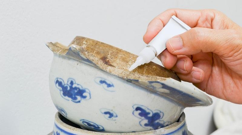 Die meisten Sekundenkleber lassen sich mit den Lösungsmitteln Aceton oder 2-Butanon entfernen.