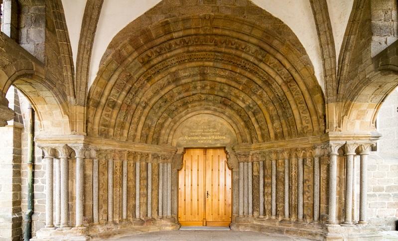 Die romanische Architektur hat einige beeindruckende Bauwerke hervorgebracht, die in erster Linie durch ihren massiven Stil auffallen.(Fotolizenz- shutterstock:_photoshooter2015 )