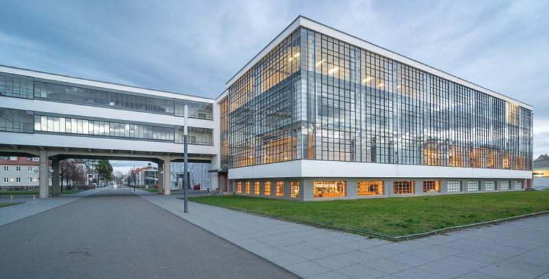 Der Baustil wird seit dem Anfang des 20. Jahrhunderts benannt und unterteilt sich in ganz unterschiedliche Stilrichtungen. (Fotolizenz- shutterstock Traveller Martin)