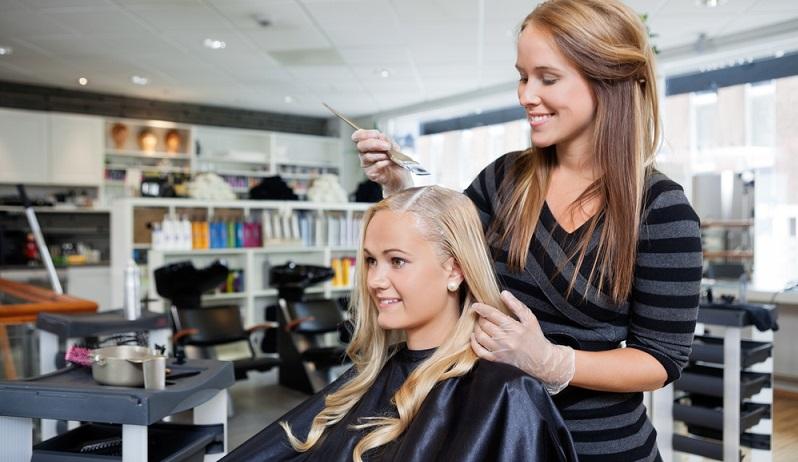 Wasserstoffperoxid kennen viele vom Friseur, dabei hilft es nicht nur beim Blondieren, sondern auch beim Fliesenfugen reinigen. (Fotolizenz-shutterstock Tyler Olson)