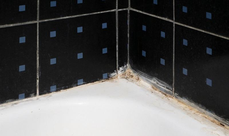 Eine Silikonfuge, die so aussieht, sollte dringend erneuert werden. Der Schmutz und Schimmel hat sich in das Material gefressen und lässt sich nicht mehr reinigen. (Fotolizenz - shutterstock_PavelStock)