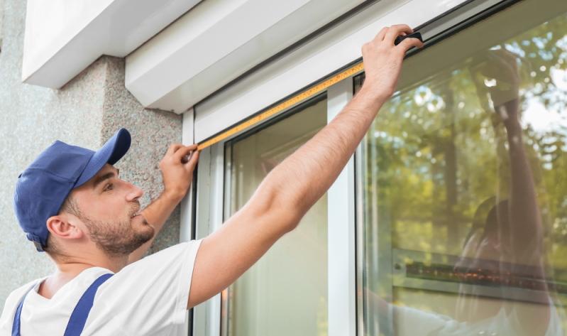Die bessere Alternative, die übrigens auch für Mietwohnungen geeignet ist, sind Vorsatz- oder Vorbaurolläden zum Nachrüsten.