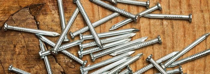 Fussleisten befestigen mit Nägeln (Foto: Shutterstoc - EstudiosOMH)
