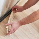 PVC Sockelleisten kleben: Überblick über sechs Varianten